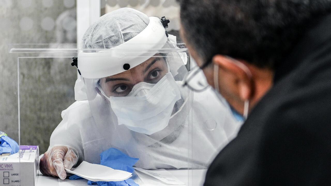 Un trabajador de salud habla con un hombre durante una prueba aleatoria de Covid-19 en una estación de Metro, en medio de la pandemia de coronavirus, en Medellín, Colombia, el 6 de julio de 2020.