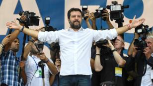 El líder del partido de la Liga, Matteo Salvini, le habla al público durante un mitin anual de su movimiento en Pontida, Italia, el 15 de septiembre de 2019.