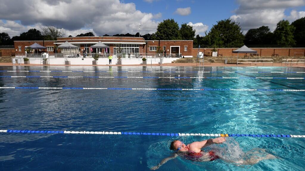 Una bañista nada en solitario en una piscina de Londres el primer día de la reapertura de estos centros de ocio en Inglaterra. 11 de julio de 2020.