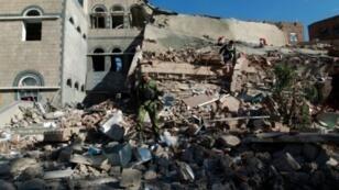 ركام في موقع تعرض لغارة جوية في صنعاء في 5 كانون الثاني/يناير 2016