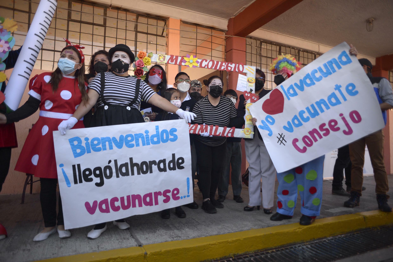 Maestros disfrazados promueven la campaña de vacunación infantil contra el Covid-19 en una escuela de Quito, Ecuador, el 18 de octubre de 2021.