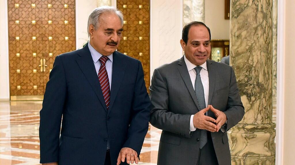 En esta imagen de archivo del 19 de mayo de 2019, se observa al mariscal Khalifa Haftar y al presidente egipcio, Abdelfatah al Sisi. En El Cairo, Egipto.