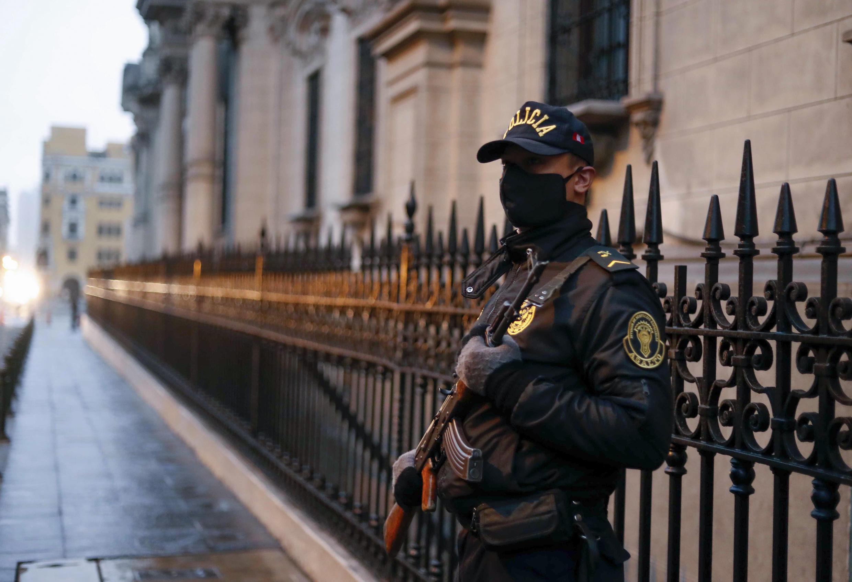 Un policía hace guardia frente al palacio presidencial en Lima, el 28 de julio de 2020, durante el día de la Independencia de Perú.