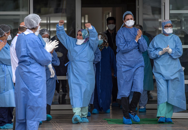 الطاقم الطبي يحيي مرضى تعافوا من فيروس كورونا. الرباط 12 أبريل/نيسان 2020.