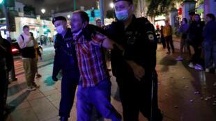 توقيف معارض من قبل الشرطة في مظاهرات بيلاروسيا