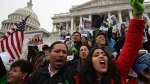 """مظاهرات أمام مبنى الكونغرس احتجاجا على إنهاء برنامج """"داكا"""" في 6 كانون الأول/ديسمبر 2017."""