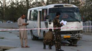 Des membres des forces de sécurité afghanes enquêtent sur le lieu d'un attentat à la bombe à Kaboul, le 4 août 2019.