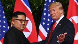 Foto de archivo del primer encuentro bilateral entre Donald Trump y Kim Jong-un