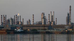 La raffinerie iranienne d'Abadan, proche de la frontière avec l'Irak