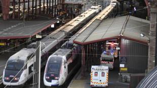 Unas ambulancias se acercan a los trenes de alta velocidad preparados para trasladar a otras ciudades a pacientes con coronavirus Covid-19 el 26 de marzo de 2020 en la ciudad francesa de Estrasburgo
