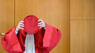 El presidente del Tribunal Constitucional alemán, Andreas Vosskuhle, se quita el birrete tras la emisión del veredicto sobre el Banco Central Europeo el 5 de mayo de 2020 en Karlsruhe