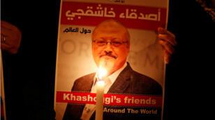 Un manifestante sostiene la foto del periodista saudita Jamal Khashoggi afuera del consulado de Arabia Saudita en Estambul el 25 de octubre de 2018.