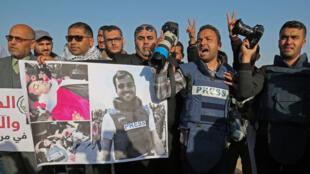 Les confrères du reporter Yasser Mourtaja ont participé à une procession samedi 7 avril, près de la frontière israélienne.