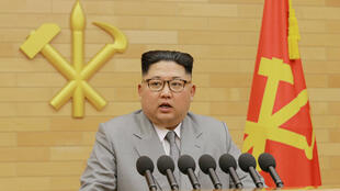 El líder de Corea del Norte, Kim Jong Un, habla durante el discurso de año nuevo en esta foto publicada por la Agencia Central de Noticias de Corea del Norte (KCNA) en Pyongyang el 1 de enero de 2018.