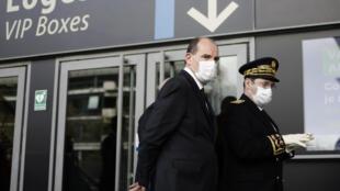 Le Premier ministre Jean Castex (g) avec le préfet de Seine-Saint-Denis  Georges-François Leclerc, arrive le 6 avril 2021 au centre de vaccination géant du Stade de France
