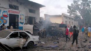 Secuelas de la explosión de un carro bomba suicida en la puerta del hotel Naso Hablod Two en el distrito de Hamarweyne en Mogadiscio, Somalia.