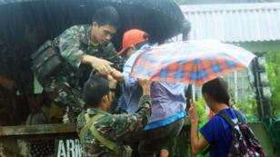 Des militaires évacuent les habitants de la ville de Legaspi, au sud de Manille, aux Philippines, le 14 décember 2015.