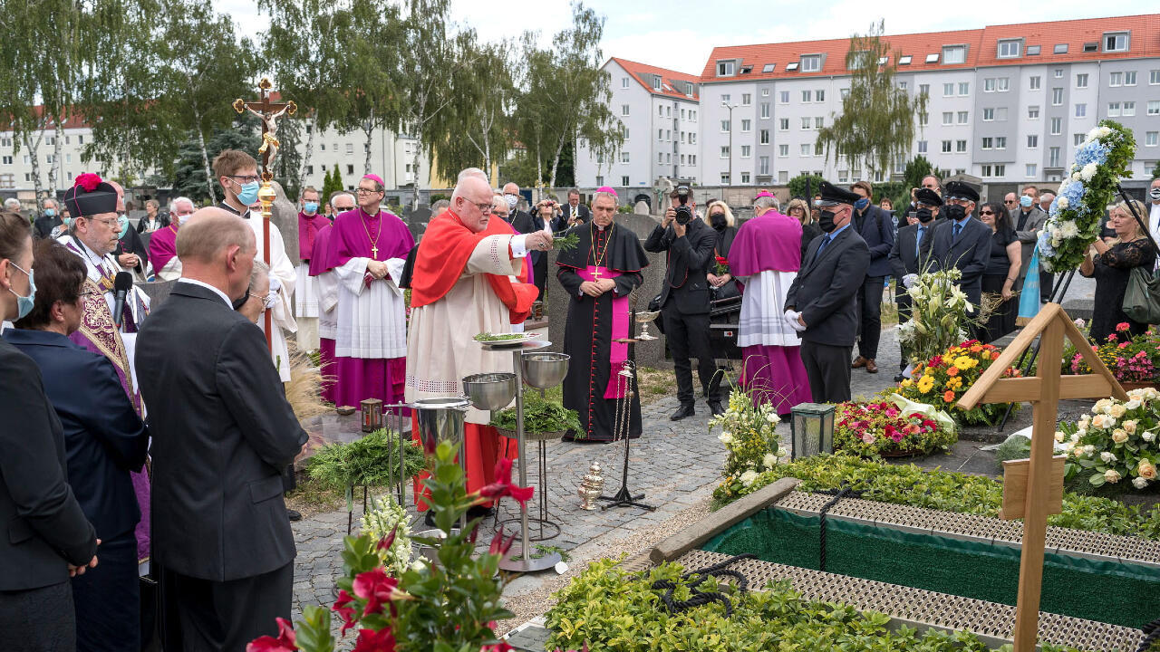 El expresidente de la Conferencia Episcopal Alemana, Reinhard Marx, en el entierro del clérigo Georg Ratzinger, hermano mayor del papa emérito Benedicto XVI, en el cementerio de Regensburg, Alemania, el 8 de julio de 2020. Georg Ratzinger falleció el 1 de julio.