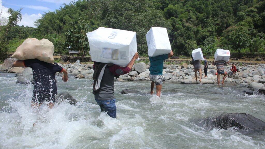مواطنون ينقلون صناديق الاقتراع في إندونيسيا قبل بدء عملية التصويت