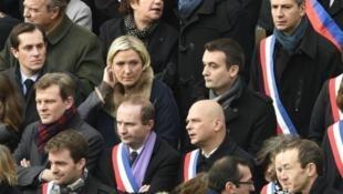 """زعيمة """"الجبهة الوطنية"""" مارين لوبان وقياديين في الحزب في تكريم لضحايا اعتداءات باريس"""