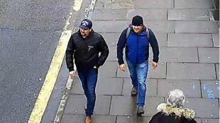 Alexander Petrov (droite) et Ruslan Boshirov, soupçonnés d'avoir tenté d'assassiner les Skripal, photographiés en mars 2018 dans l'ouest de Londres.