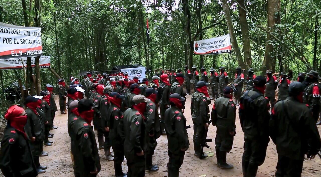 """Foto tomada de un video publicado en el sitio web de la guerrilla del Frente de Liberación Nacional (ELN) """"Portal Voces de Colombia"""" el 7 de enero de 2015, que muestra a miembros del ELN formados."""