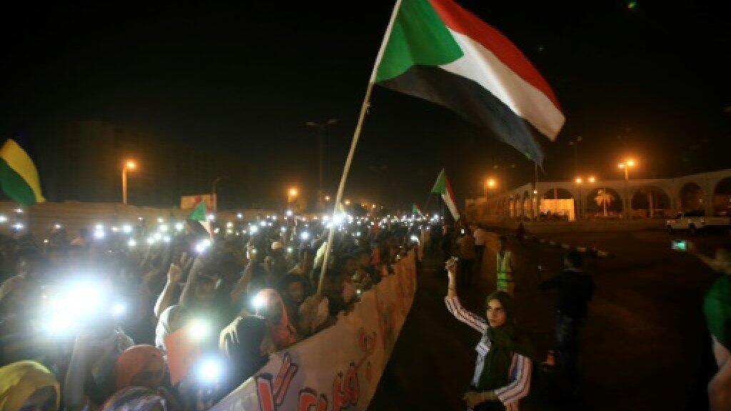 متظاهرون سودانيون أمام مقر القيادة العامة للجيش في الخرطوم بتاريخ 17 مايو/أيار 2019.