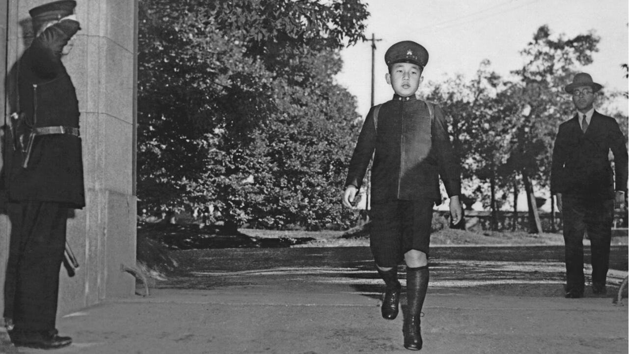 Le prince héritier Akihito court vers son école, à Tokyo, en décembre 1945.