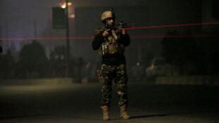 Un militar de la Fuerza de Seguridad Afgana vigila cerca del Hotel Intercontinental en Kabul, Afganistán, el 20 de enero de 2018, tras un ataque.