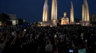 متظاهرون امام نصب الديموقراطية في بانكوك