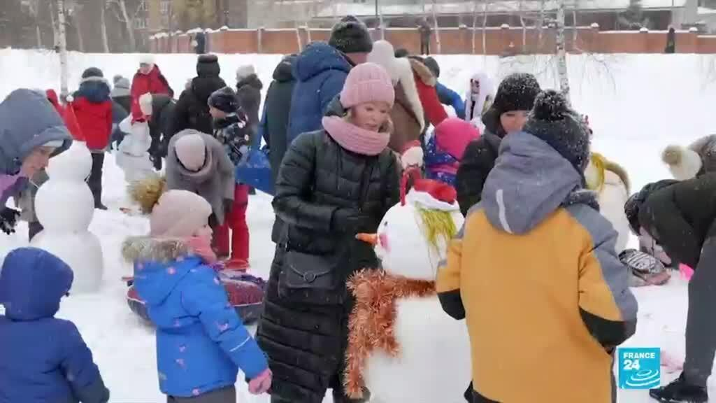 2021-01-04 08:16 Russians enjoy winter weather at snowman festival