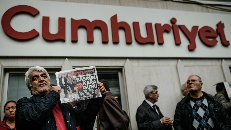 رجل يرفع نسخة من صحيفة جمهورييت أمام مقر الصحيفة