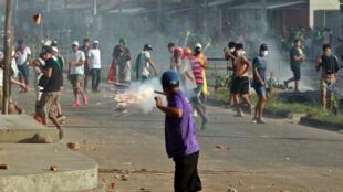 Partisans et détracteurs du président Evo Morales s'affrontent à Santa Cruz, le 23 octobre.