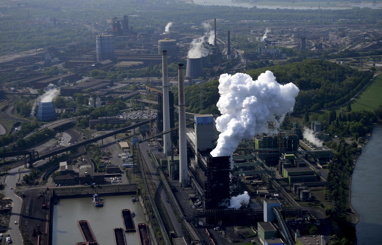 Una imagen aérea de una planta industrial del grupo ThyssenKrupp el 8 de mayo de 2020 en Duisburgo, al oeste de Alemania