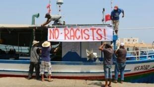 """Pescadores tunecinos se reúnen el 6 de agosto de 2017 en el puerto de Zarzis para evitar que el buque """"anti-migrante"""" C-Star atraque"""