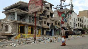 La ville de Taez le 7 avril 2016, endommagée par des tirs entre rebelles houthis et combattants des comités de résistance populaire.