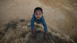 Un enfant rohingya dans un camp de réfugiés au Bangladesh.