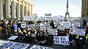 تظاهرة امام برج ايفل ضد قانون يمنع تصوير رجال الشرطة
