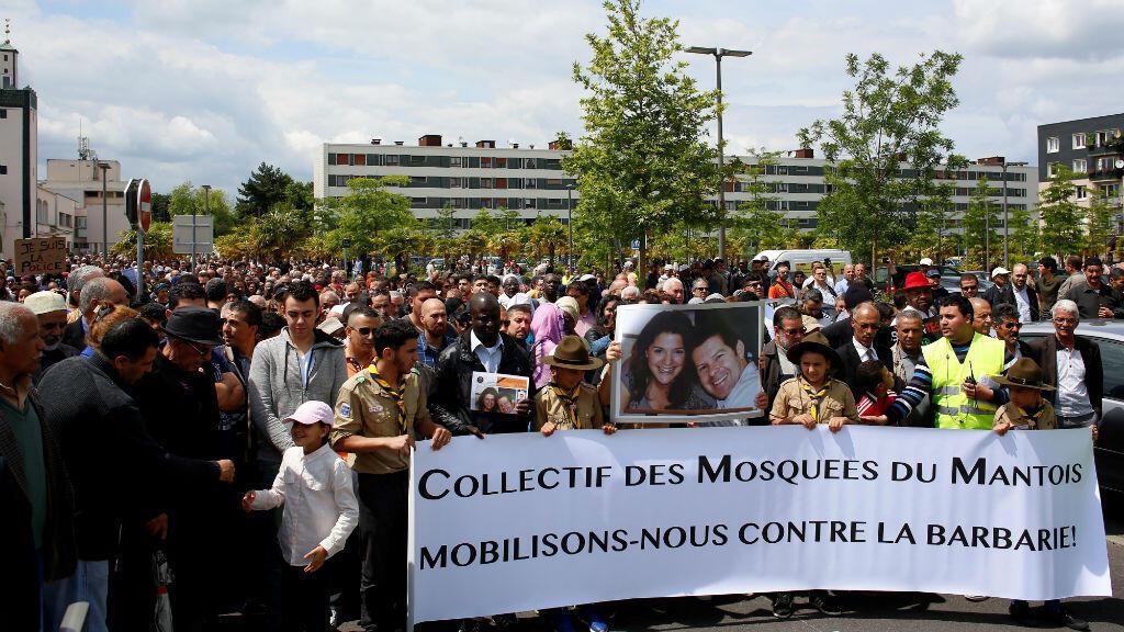 Des milliers de personnes ont pris part à la marche lancée à l'appel des associations musulmanes de Mantes-la-Jolie dimanche 19 juin 2016, six jours après l'assassinat d'un couple de policers par un homme se revendiquant de l'organisation de l'État islamique.