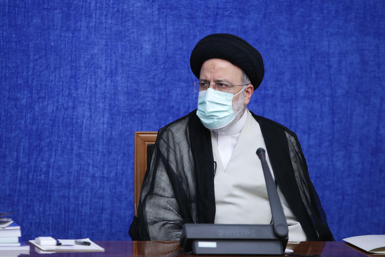 صورة نشرتها الرئاسة الإيرانية في 4 آب/أغسطس 2021 للرئيس الإيراني الجديد إبراهيم رئيسي خلال لقائه مع فريق العمل الوطني لمكافحة فيروس كورونا في طهران