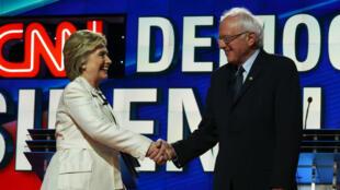 Hillary Clinton et Bernie Sanders se serrent la main avant un débat télévisé, le 14 avril 2016, à New York.