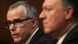L'ancien directeur adjoint du FBI Andrew McCabe (à gauche) et l'ancien directeur de la CIA Mike Pompeo, en mai 2017.