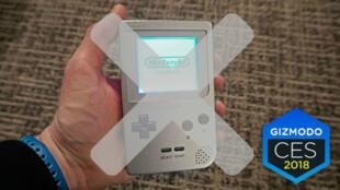 """Ci-dessus, la version de la """"Game Boy"""" présentée par Hyperkin au CES 2018."""