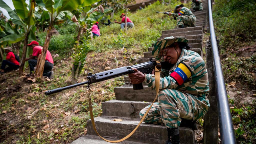 A los uniformados se unieron civiles y miembros del partido socialista ataviados con camisas rojas, que simularon vigilar, mientras los soldados conducían las tanquetas en Caracas.