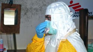 Un membre de Médecins Sans Frontières dans un hôpital de Conakry, en juillet 2014.