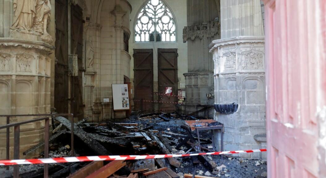 Imagen de los escombros causados por un incendio dentro de la Catedral de San Pedro y San Pablo, en Nantes, Francia, el 18 de julio de 2020.