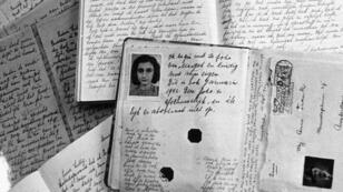 Le passeport et le manuscrit du journal intime de la jeune Anne Frank, écrit à Amsterdam durant la Seconde guerre mondiale.