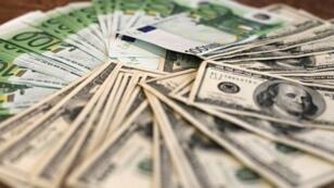 تراجع قيمة الدولار أمام اليورو بسبب فشل مشروع الرعاية الصحية لترامب