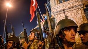 Des militaires turcs prennent position près de la statue d'Ataturk sur la place Taksim à Istanbul