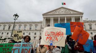 Los manifestantes asisten a una protesta contra la eutanasia frente al parlamento en Lisboa, Portugal, el 29 de mayo de 2018.
